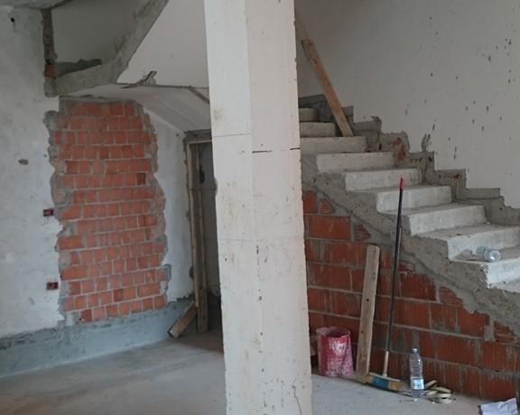 Rinforzo strutturale con miglioramento sismico di pilastro e scala in cls